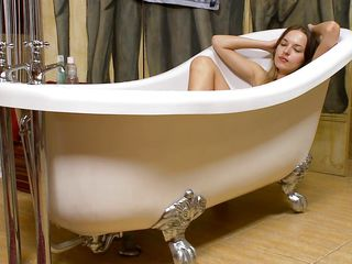 milf in bathtub rubbing and gaping her wet vagina