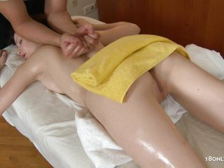 fortunate masseur gets his cock sucked by an oiled beauty
