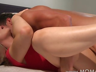 Mom xxx: scrimp and wife make love in the morning