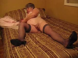 Plump granny fucks the brush pussy with toy
