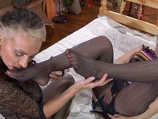 NinetteM&Susanna nylon feet action